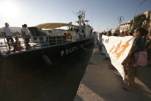 Released Pagani migrants and No Borders activists together drive Frontex away